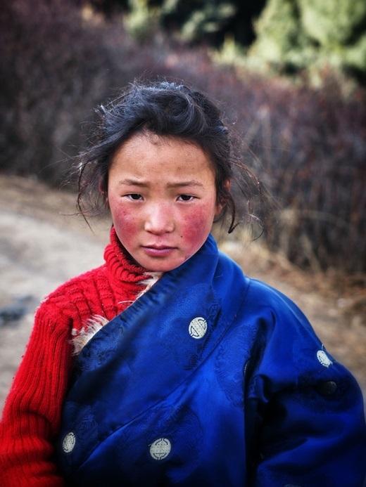 Một cô bé người Tây Tạng với vẻ mặt ngại ngùng, đăm chiêu.(Ảnh Internet)