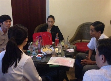 Hoa hậu Đặng Thu Thảo (áo trắng) đối diện với Vy tại quán cà phê. - Tin sao Viet - Tin tuc sao Viet - Scandal sao Viet - Tin tuc cua Sao - Tin cua Sao