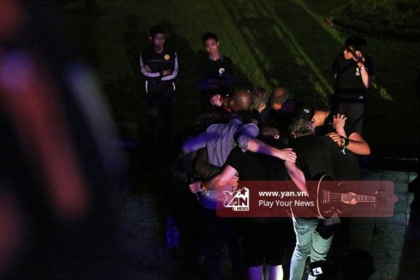 Trong khi đó, Joss Stone cùng đội ngũ của cô sau khi hiệu chỉnh âm thanh, cầu nguyện trước khi mọi thứ bắt đầu.