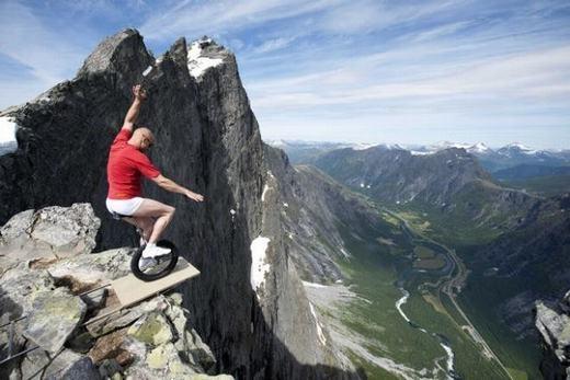 Một giây mất tập trung cũng có thể khiếnanh chàng chạymột mạch xuống chân núi... (Ảnh: Internet)