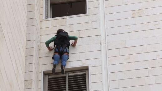 Sau đó, trèo ra cửa sổ... (Ảnh: Internet)