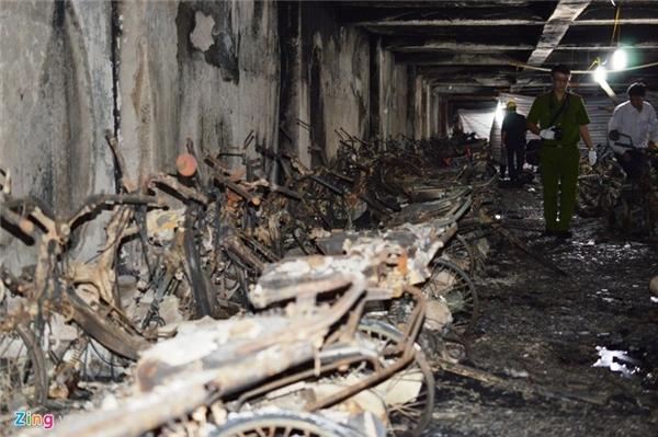Chiều 12/10, cảnh sát PCCC vẫn khám nghiệm hiện trường vụ cháy hầm tòa nhà CT4 - khu đô thị Xa La (Hà Đông, Hà Nội).