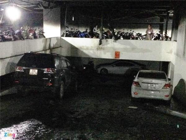 """Ôtô đỗ ở tầng hầm B2 cũng may mắn không bị """"bà hỏa"""" hỏi thăm."""