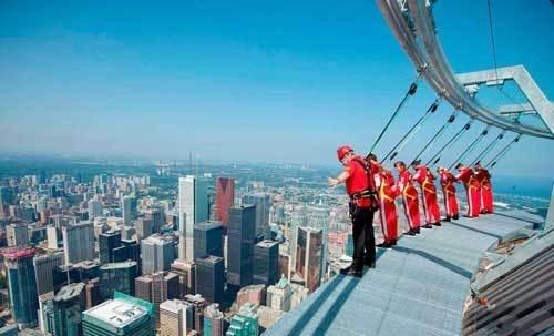 """Với độ cao 553,3 m, tháp CN là một trong những tòa tháp cao nhất thế giới và nổi tiếng với con đường """"tản bộ trên trời"""" EdgeWalk."""
