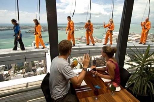 Lối đi bằng kính đầy thử thách này nằm ở ngọn tháp Sky có độ cao 328 m ở thành phố Auckland, New Zealand. Đây cũng là tháp cao nhất ở New Zealand