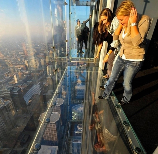 Tòa nhà Willis, Chigaco, Mỹ với ban công cao hơn 400 m là nơi thử thách sự mạo hiểm và trải nghiệm thú vị cho du khách.