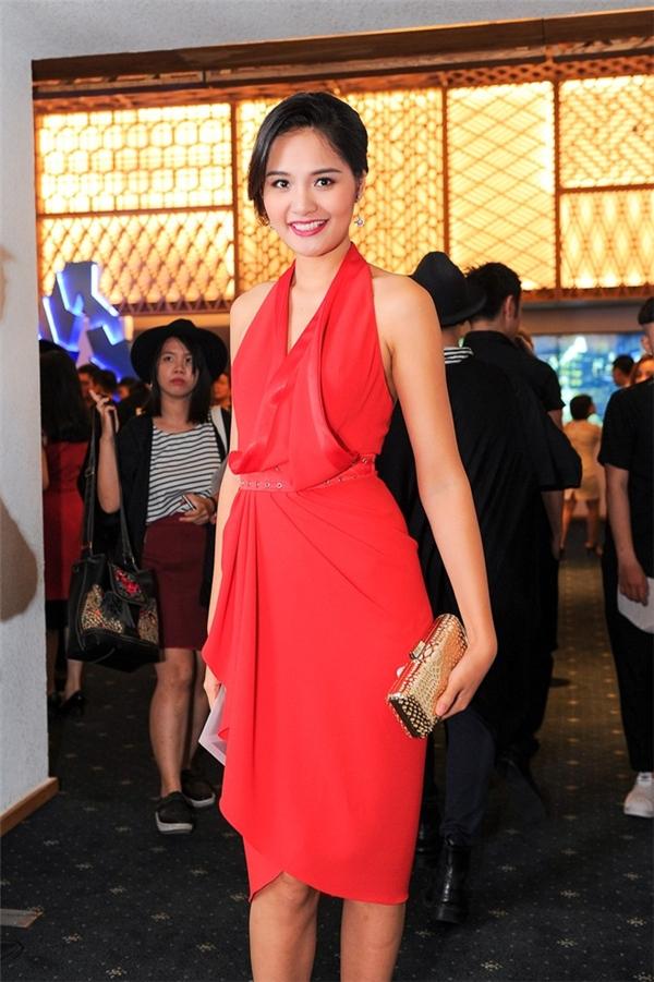 Hoa hậu Hương Giang trông khá hiện đại, trẻ trung trongbộ váy có cấu trúc bất đối xứng với những đường gấp nếp tinh tế của nhà thiết kế Lê Thanh Hòa.