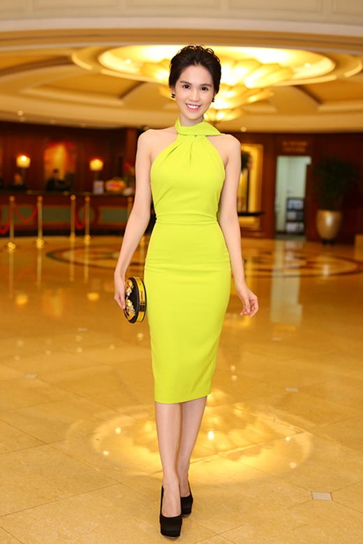 Ngọc Trinh khoe khéo đường cong trong bộ váy có tông vàng chanh nổi bật khi tham dự buổi ra mắt một sản phẩm do cô làm hình ảnh đại diện tại Việt Nam.