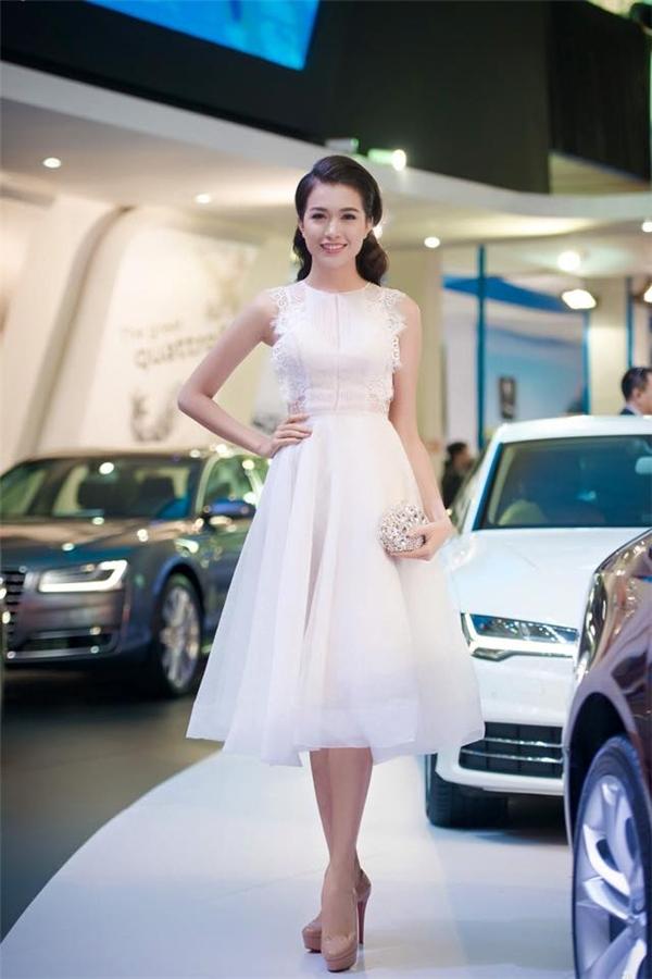 Lệ Hằng nhẹ nhàng, thanh lịch với sắc trắng tinh khôi trong phom váy xòe ngắn điệu đà.