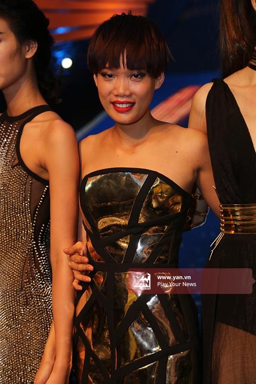 Sau khi các thí sinh trả lời với báo chí cũng như chụp hình lưu niệm sắpxong thì Nguyễn Thị Hợp mới xuất hiện.