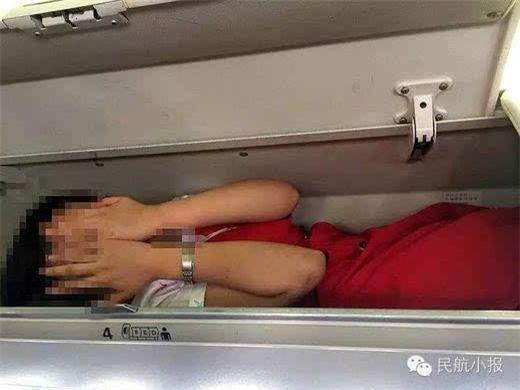Loạt tiếp viên hàng không bị nhét vào giá chứa hành lí trên máy bay