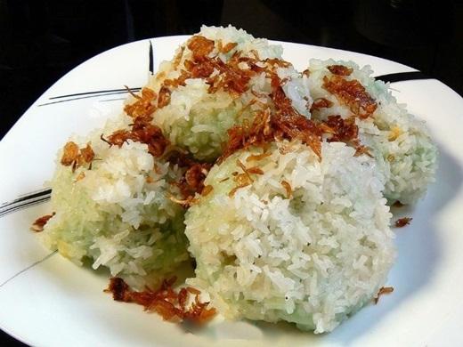 Xôi khúc, hay còn được gọi là xôi cúc, làm người Sài Gòn nhớ hoài để rồi mê mẩn lúc nào không hay bởi những hạt xôi nếp trắng tinh dính đầy bên ngoài lớp bột dẻo thơm, cắn nhẹ là thấy lớp nhân đậu xanh bùi béo đậm đà.(Nguồn: Internet)