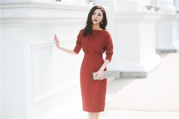 Phom váy bodycon kín cổng cao tường giúp Ngọc Châm thể hiện sự thanh lịch, nhẹ nhàng nhưng không kém phần thu hút bởi sắc đỏ nồng nàn, quyến rũ.