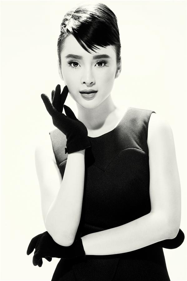 Lấy ý tưởng từ vẻ đẹp huyền thoại của Audrey Hepburn, Angela Phương Trinh thể hiện sự kiêu kì, quyến rũ nhưng vô cùng nhẹ nhàng, thanh lịch. Từ thần thái đến biểu cảm khuôn mặt cũng như tạo dáng của cô nàng đã khắc họa một cách sắc nét, chân thực vẻ đẹp của người phụ nữ quyền quý trong những ngày xưa cũ.