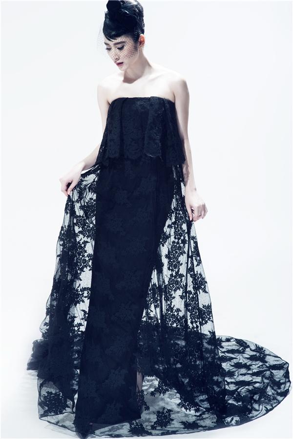 Angela Phương Trinh giấu đường cong trong chiếc váy suông được thực hiện trên nền chất liệu ren cao cấp.