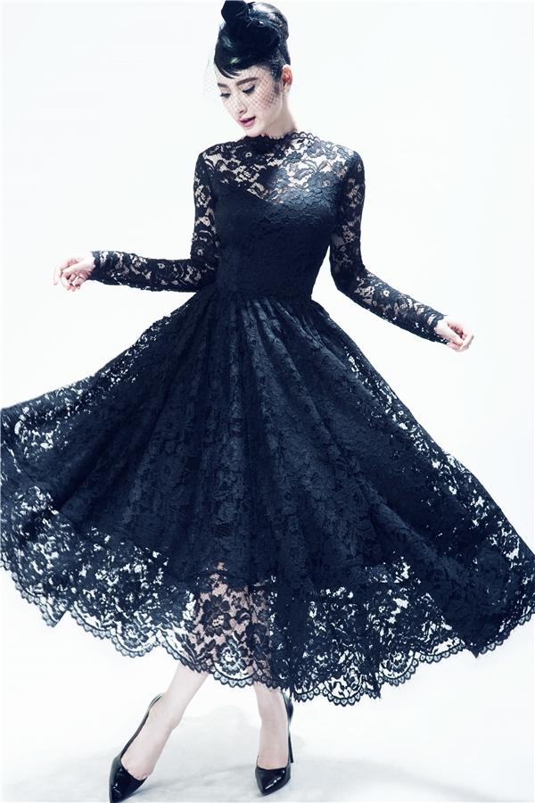 Chiếc váy xòe kín cổng cao tường vẫn đủ tạo nên sự quyến rũ bởi chất liệu ren xuyên thấu. Không thể phủ nhận, sự gợi cảm trong chừng mực luôn tạo nên nét đẹp khó thể hòa lẫn vào đâu được.