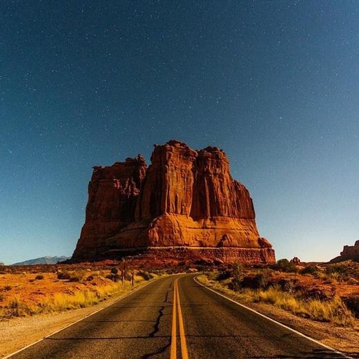 Hãy đếnvườn quốc gia Arches, Utah để được đắm mình trong nắng vàng như rót mật, con đường vắng vẻ không một bóng người, cánh đồng cỏ cháy cực nên thơ và vách núi đá sừng sững.(Nguồn IG @timcoulson)