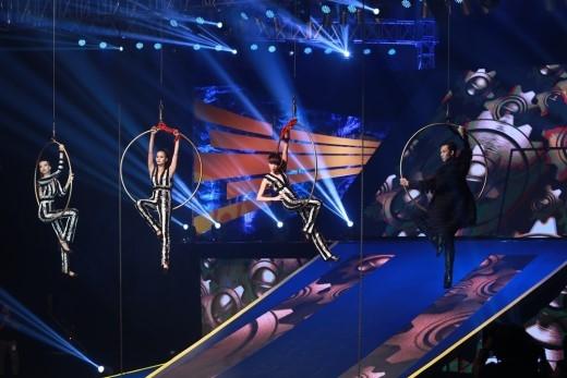 """Với thử thách khó khi phải treo mình giữa không trung, cả 4 thí sinh đều đã tự tin tạo dáng ấn tượng và thể hiện biểu cảm đúng tinh thần """"Keep Moving""""."""