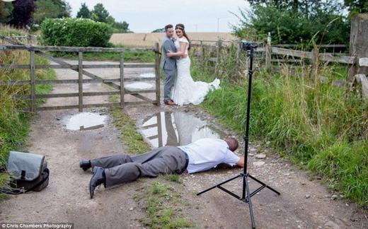 Nhiếp ảnh gia đã phải lăn lê bò toài trên một vũng nước nhỏ. (Ảnh: Internet)