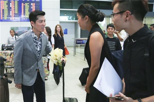 """Nhà thiết kế Sebastian Gunawan vừa đáp chuyến bay xuống Tân Sân Nhất cùng bộ sưu tập """"khủng""""."""