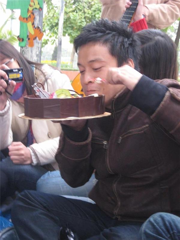 """Lam Trường sướng """"tít mắt"""" khi được vợ trẻ tặng bánh sinh nhật tự làm - Tin sao Viet - Tin tuc sao Viet - Scandal sao Viet - Tin tuc cua Sao - Tin cua Sao"""