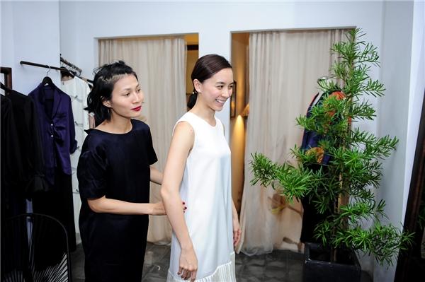 Li Lam tự tay giúp á hậu lựa chọn trang phục sao cho phù hợp.