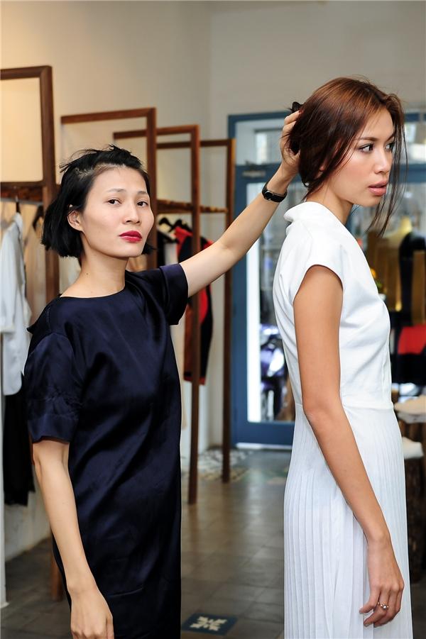 Li Lam tự tay thử trang phục cho người mẫu, đồng thời cô chia sẻ quan điểm của mình về phụ nữ đẹp.