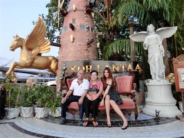 Nàng CĐV xinh đẹp cùng gia đình trong một chuyến nghỉ dưỡng tại một resort đắt đỏ
