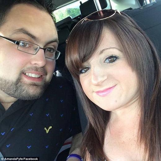 Cặp đôi trẻhạnh phúc giữa đời thường. (Ảnh: FBNV)