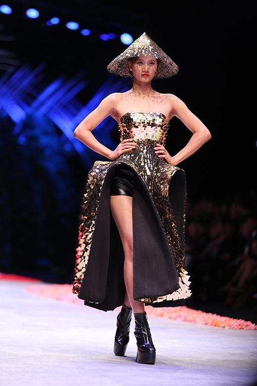 Trước khi đến với phần trình diễn bộ sưu tập của Phương My, chân dài Hương Ly - Quán quân Vietnam's Next Top Model 2015 đã sải những bước chân đầu tiên với vai trò người mở màn cho Vietnam International Fashion Week 2015. Đây cũng chính là một trong những phần thưởng dành cho Hương Ly sau khi đăng quang.