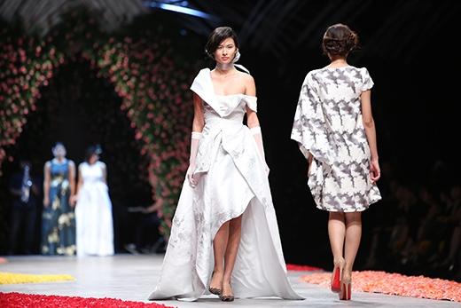 Dù với váy dài điệu đà hay váy ngắn trẻ trung thì sự sang trọng, đẳng cấp luôn là những đặc trưng rõ nét trong thiết kế của Phương My.