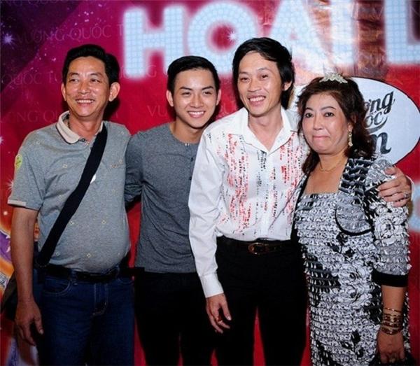 Hoài Lâm may mắn có được sự chăm sóc của cả bố nuôi Hoài Linh và cha mẹ ruột trong sự nghiệp. - Tin sao Viet - Tin tuc sao Viet - Scandal sao Viet - Tin tuc cua Sao - Tin cua Sao