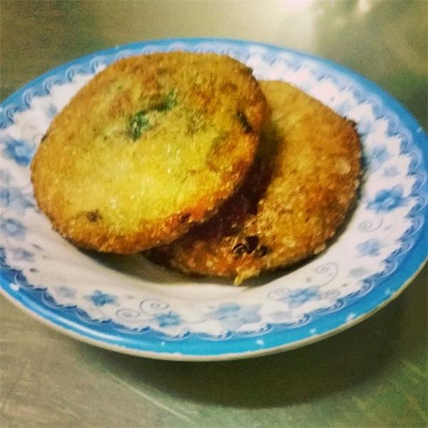 Bánh hẹ có hình tròn, kích thước gần bằng chiếc bánh pía đặc sản ở các tỉnh miền Tây Việt Nam.(Nguồn: Internet)