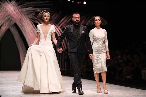 Kha Mỹ Vân vẫn được ưu ái diện chiếc đầm trắng khá bắt mắt, thanh lịch. Cô và đàn chị Thúy Hạnh cùng nhà thiết kế Julien nắm tay nhau ra chào kết chương trình.
