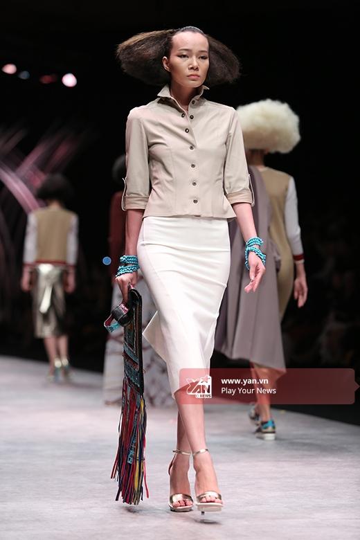Những tông màu trầm, trung tính được Julien sử dụng làm chủ đạo trong bộ sưu tập này như: nâu, beige, xám tro, trắng.