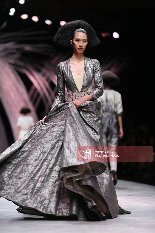 Những phom váy xòe điệu đà, cổ điển được cách điệu bằng việc sử dụng chất liệu lạ mắt hay cácđường cắt, dựng phom hiện đại.