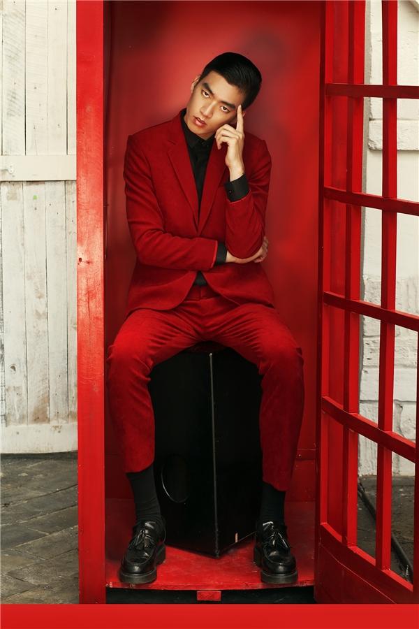 Với những buổi tiệc sang trọng, bộ vest đỏ kết hợp áosơ mi đen sang trọng, lịch lãm sẽ là một lựa chọn tuyệt vời cho phái mạnh.