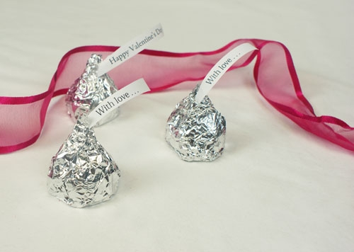 Chọn mua những viên chocolate nhỏ có bọc giấy bạc vào từng viên nè.