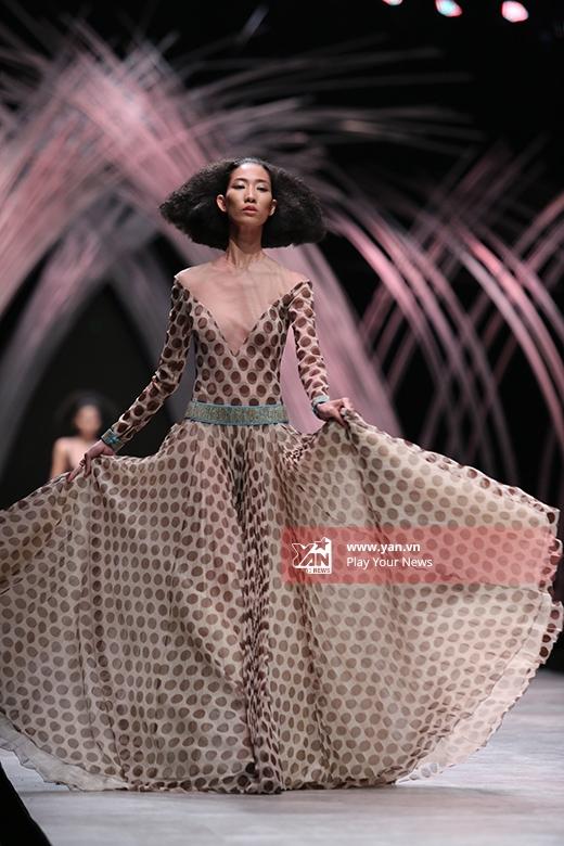Người mẫu Trang Phạm diện chiếc đầm xòe chấm bi to với chất liệu voan lụa mềm mại. Xung quanh phần chân váy được tạo những đường dập li đều nhau nhằm mang đến hiệu ứng thị giác bắt mắt, độc đáo cho thiết kế.