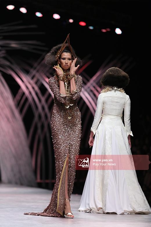 Chân dài 1m90 Hồng Xuân giữ vai trò vedette cho bộ sưu tập này. Cô diện chiếc váy ánh kim được tạo điểm nhấn bởi đường xẻ cao phía trước. Ngoài vòng cổ, mái tóc của top 4 Vietnam's Next Top Model 2015 cũng được làm đẹp bởi những phụ kiện độc đáo.