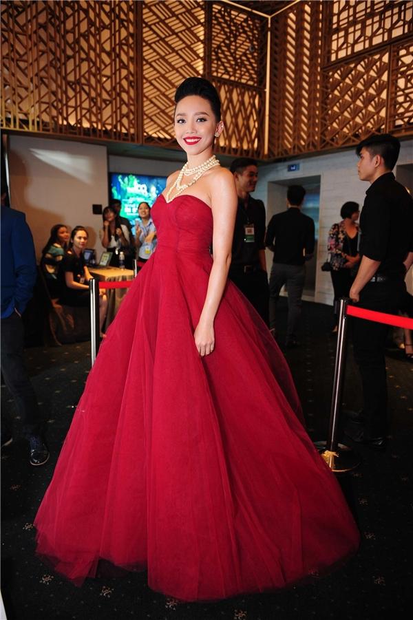 Trong khi đó, Tóc Tiên lại gây ấn tượng mạnh khi diện bộ váy xòe rộng với sắc đỏ nổi bật. Với vẻ đẹp hiện đại, quyến rũ cùng gu thời trang nổi bật, Tóc Tiên luôn xuất hiện trên hàng ghế đầu của những sự kiện thời trang danh giá.