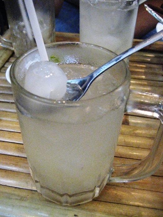 Nước thốt nốt tươi nguyên chất có vị ngọt thanh tao, vừa uống vừa vớt cơm béo bùi, thơm hấp dẫn.(Nguồn: Internet)