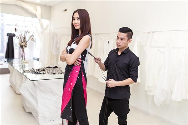 Adrian Anh Tuấn luôn theo sát chân dài để chỉnh sửa trang phục sao cho phù hợp nhất với cô.