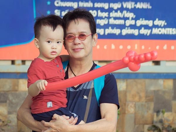 Nhạc sĩ Đức Huycùng con trai kháu khỉnh. (Nguồn: internet)
