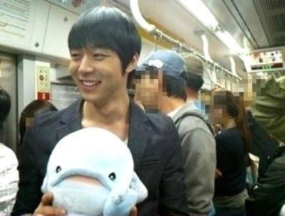 """Trong khi Jaejoong chọn thời điểm vắng vẻ để khám phá tàu điện ngầm thì Yoochun lại """"táo bạo"""" sử dụng khi đông người, thậm chí, cựu thành viên DBSK không dùng phụ kiện để ngụy trang."""
