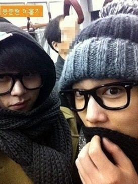 """Junhyung (Beast) và Lee Hongki cùng nhau """"hẹn hò"""" trên tàu điện ngầm với trang phục kín mít từ đầu đến chân."""