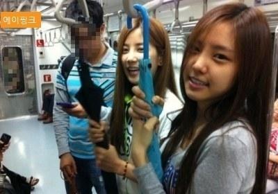 Các cô gái A Pink trước khi ra mắt với vai trò ca sĩ cũng sử dụng tàu điện ngầm như phương tiện chính để di chuyển.