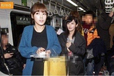 T-ara thu hút sự chú ý của mọi người khi bất ngờ xuất hiện trên tàu điện ngầm.