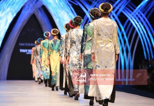 Ở màn chào kết, các người mẫu đều được diện áo dài phom rộng gắn liền với hình ảnh của người phụ nữ Việt Nam trong những ngày xưa cũ. Sự kết hợp hài hòa giữa truyền thống và hiện đại đã giúp Thủy Nguyễn nhận được nhiều lời khen có cánh từ giới chuyên môn.