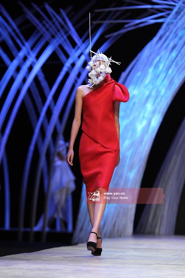 Một thiết kế có tông đỏ nổi bật kết hợp giữa áo dựng phom 3D cùng chân váy bút chì.